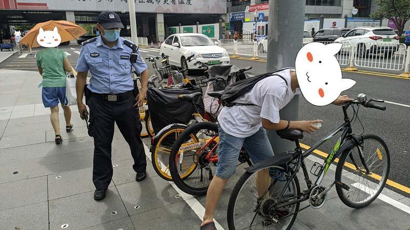 自行车不见男孩着急求助 热心辅警帮其寻回