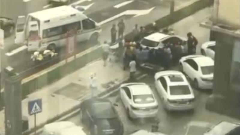 汽车冲上人行道男子被卷入车底,20多名市民自发抬车救人