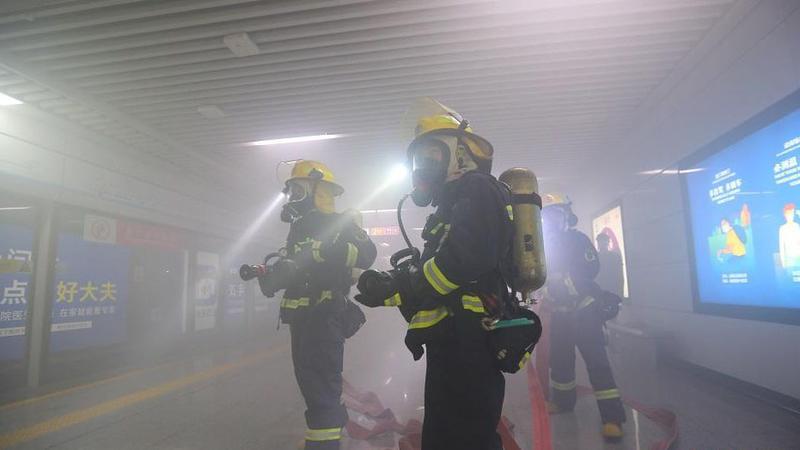 福田地铁站凌晨起火?深圳消防灭火救援实战演练出动排演机器人