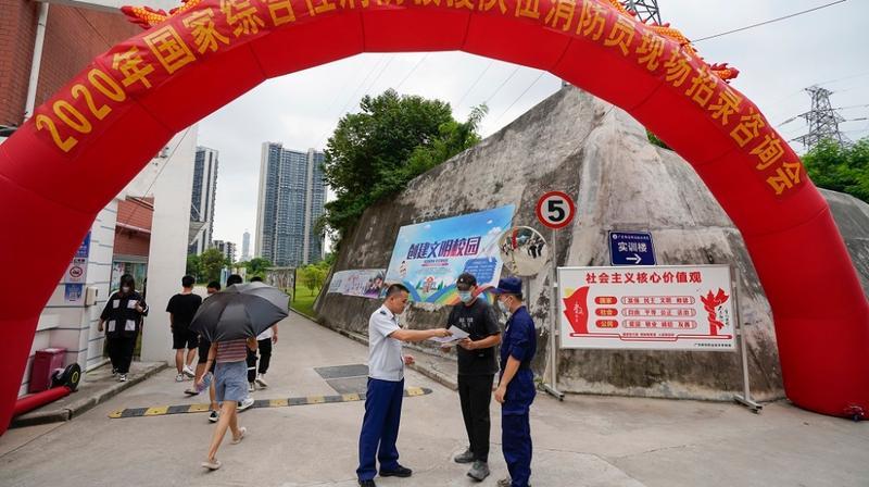 深入校园设立咨询台 南山大队多形式开展消防员招录宣传工作