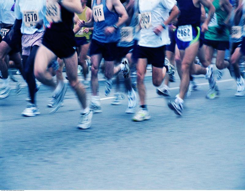 """国内首位盲人跑者完成100公里""""超马"""" 15名志愿者助跑"""