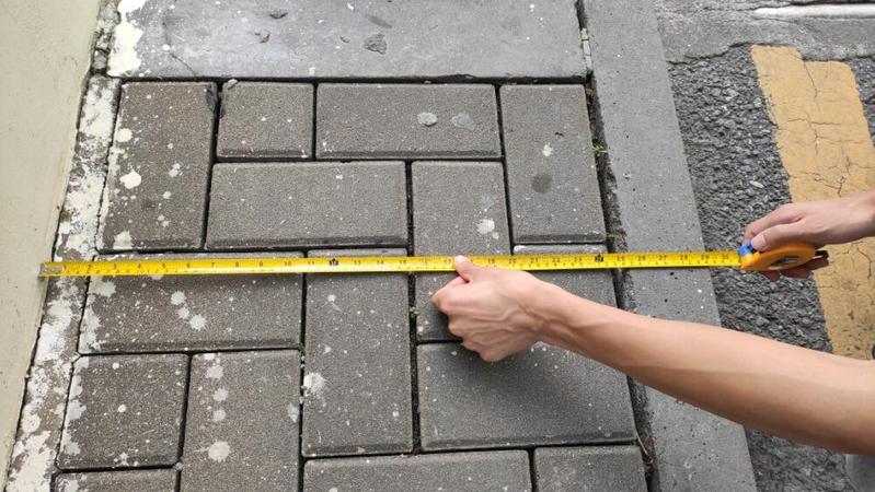 """深网记""""路""""仪⑤:园岭八角楼人行道窄吗?记者拿出了卷尺"""
