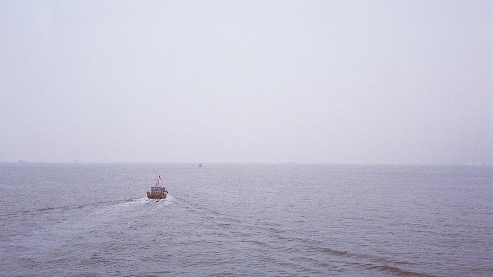 台用水炮驱离大陆避风渔船,媒体:暴露民进党当局非人道本性