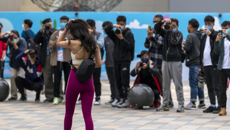 女生穿露背装公交车上拍写真没错!入镜乘客:谁来保护我脸?