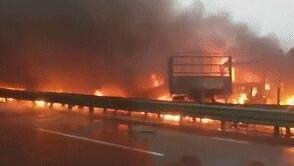 陕西包茂高速关庄沟大桥路段发生交通事故 多人被困