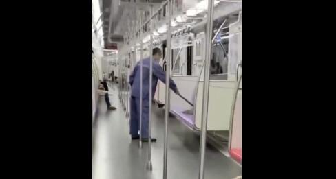 上海地铁通报清洁员用拖把擦座椅:未带抹布,开展全面自查