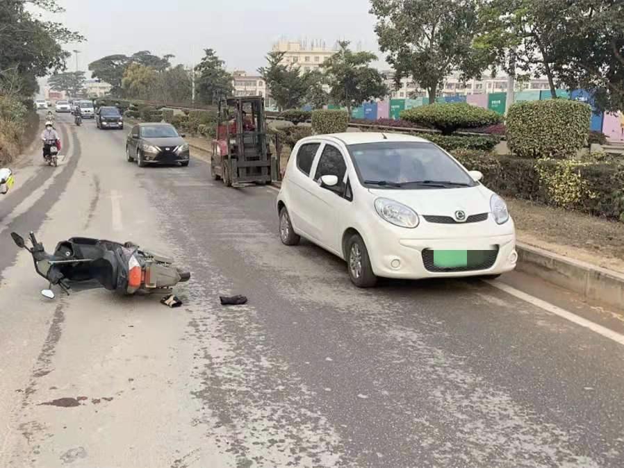 骑电动自行车中途摔倒 妻子未戴头盔受伤身亡