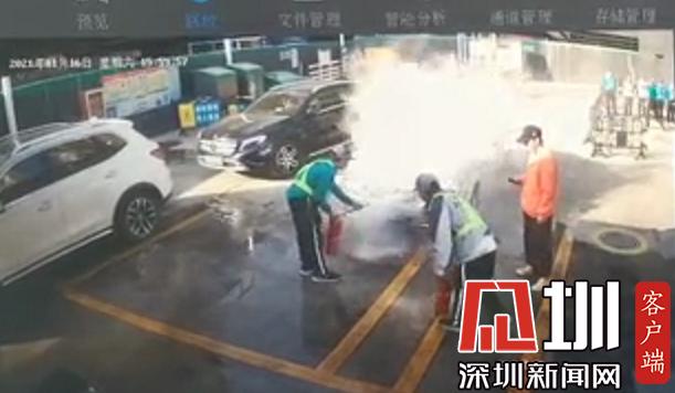 险!加油站内汽车突然冒烟 稳!工作人员沉着冷静10分钟处置险情