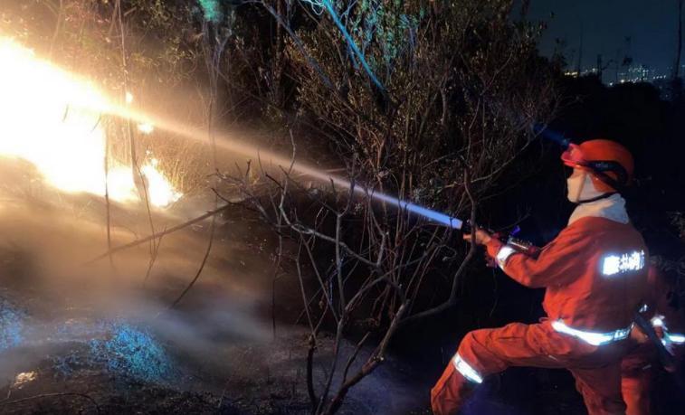 他们背着50斤重的水泵,徒步4公里上山灭火