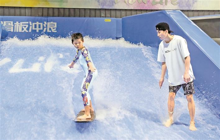 在室内乘风破浪真的可以有!室内冲浪教练、冲浪策划师逐渐走红