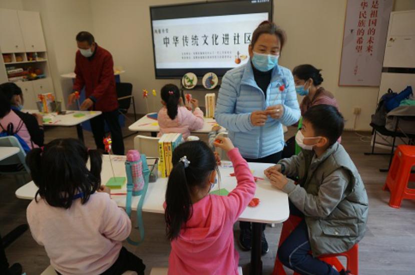 让留深儿童不孤单,侨香社区举办捏面人活动