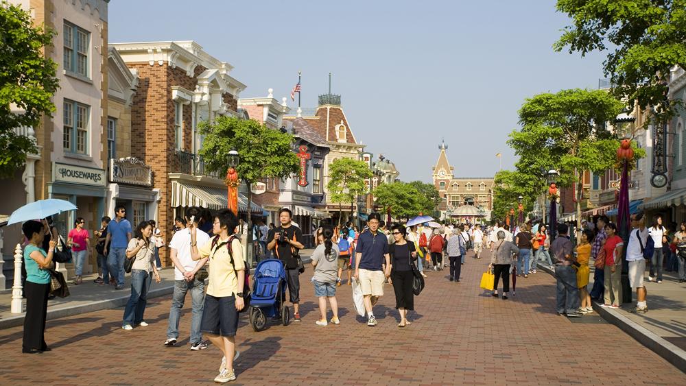 香港迪士尼乐园重开 有游客扮成相应角色入园