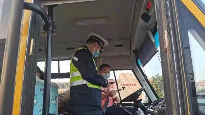 春季开学首日 坪山交警送交通安全课进校园