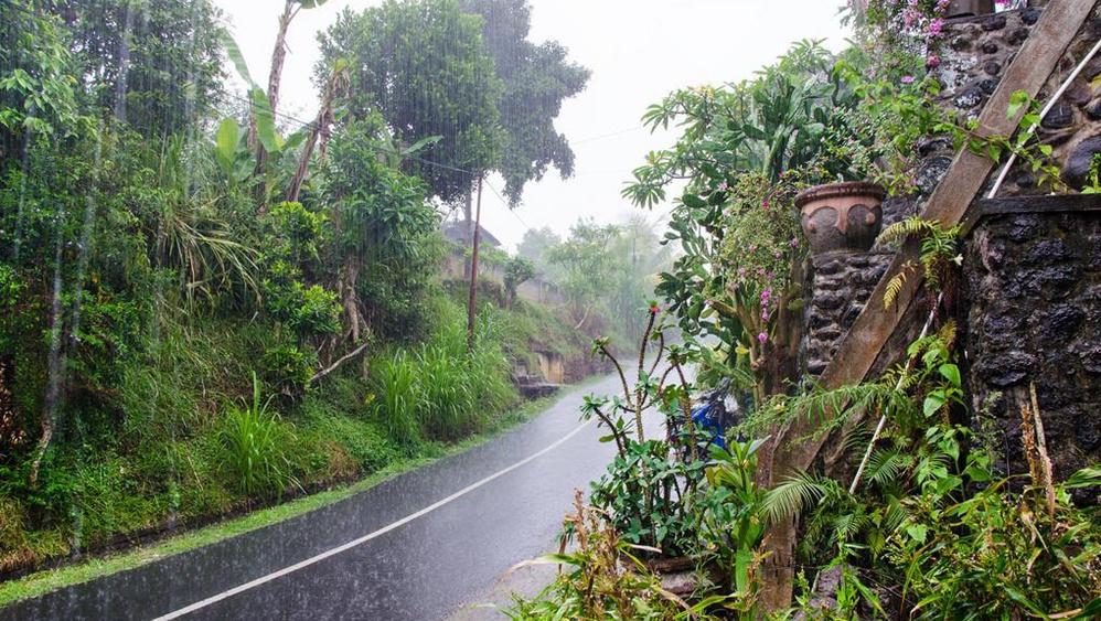 自然灾害加剧防疫难度 印尼拟出动数万军警抗疫