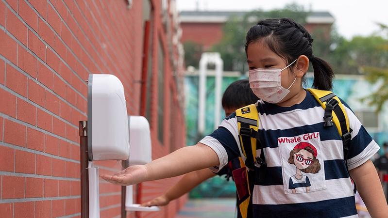 新学期防疫指南:高校师生应减少出校,中小学生随身备用口罩