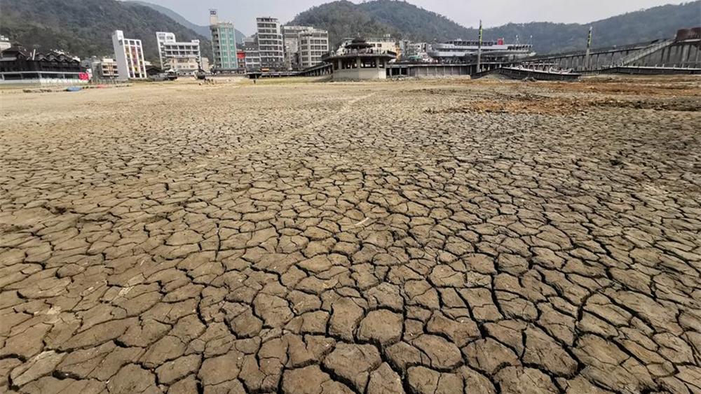 台湾日月潭近照:潭底干枯、寸草不生,土色地面龟裂成块