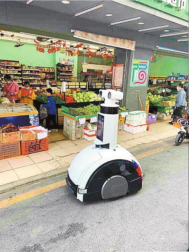 "5G智能巡检机器人在龙岗区南坑社区上岗 上街""喊话""市容更整洁"