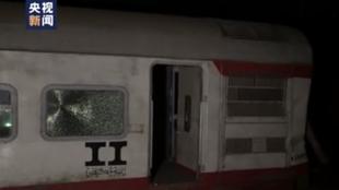 埃及一火车脱轨 已致11死98伤 记者现场报道