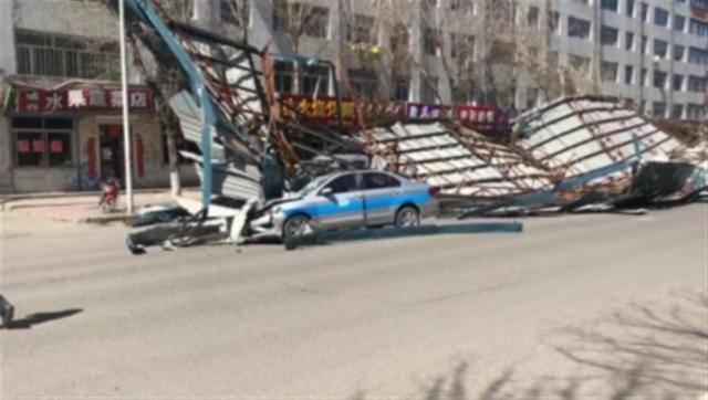 黑龙江大风刮倒一公寓楼房盖,一女子被砸身亡