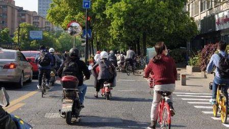 """杭州一红绿灯被柱子遮挡车主频""""中招"""",交警:已调整"""