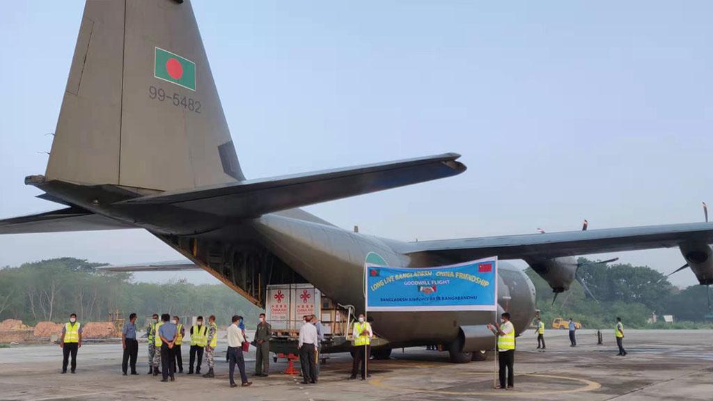 中国援助孟加拉国的新冠疫苗抵达达卡