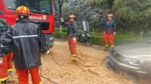 暴雨突袭 重庆巫溪城区严重积水 救援人员紧急出动