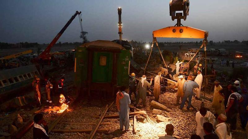 巴基斯坦火车相撞已致62死100余伤,系机械故障致脱轨