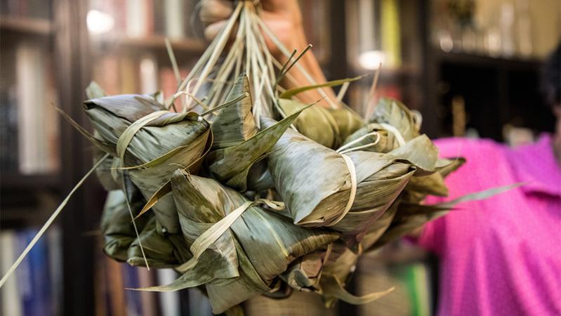 广州市文明办发过节倡议:居家包粽子,不聚会不聚餐不串门