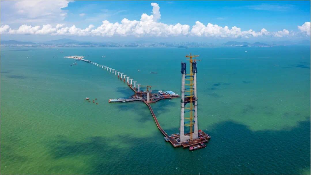 深中通道又一壮举 世界上最大跨径海中钢箱梁悬索桥首座主塔完成封顶