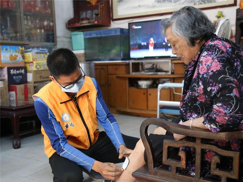 细心服务到家!东莞市社工每周为87岁老太婆康复治疗获赞