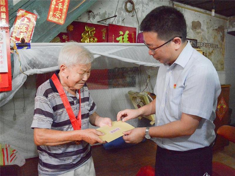 东莞市石龙镇给老党员及困难群众送温暖