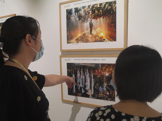 """""""五十六个民族心连心""""全国摄影展在东莞市道滘镇开展"""