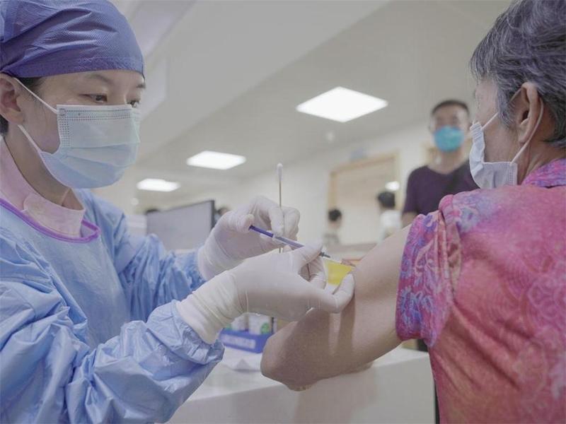 现场直击!珠海60岁及以上人群开打新冠疫苗!