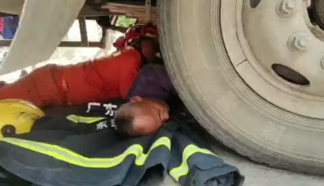 惊险!东莞骑车老人被卷大货车底,消防安全救出