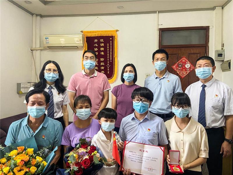 东莞市石龙镇组织慰问团探望防疫一线流调人员