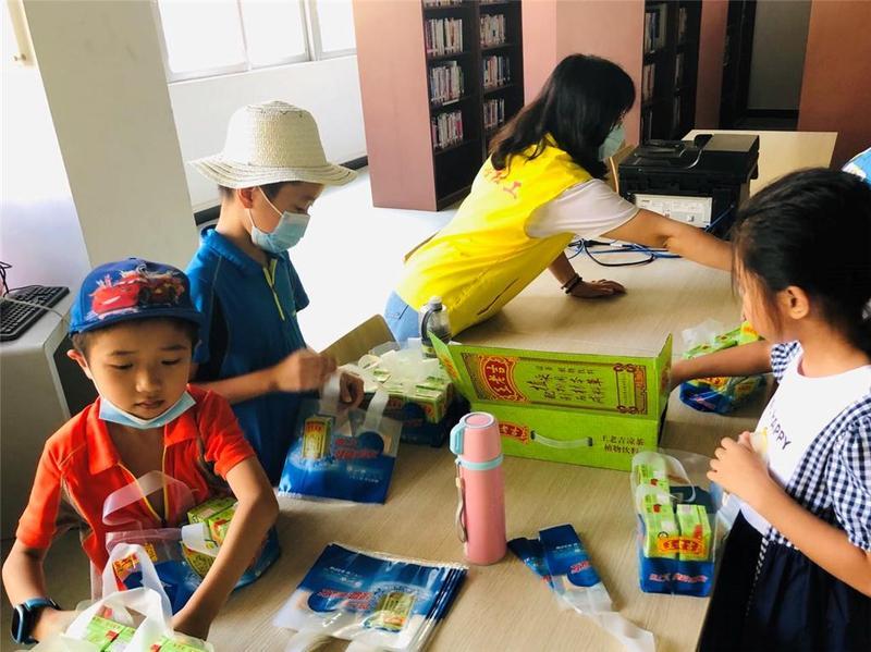 为守岗职工送清凉!东莞市小志愿者参与暑期职业体验
