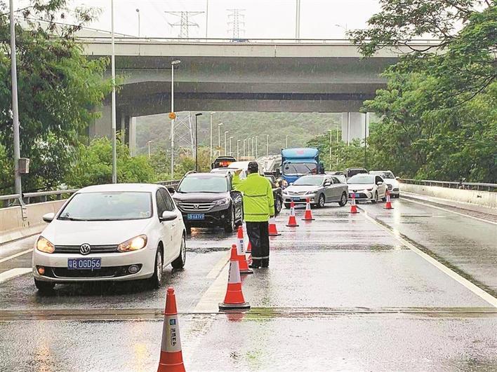 深圳交警:路面积水 借道免罚
