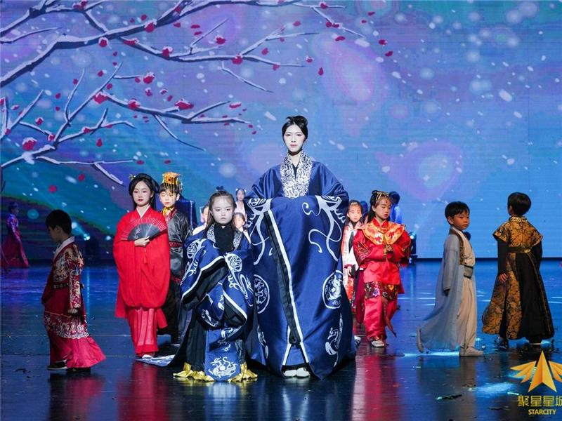 饱眼福!一场绚丽传统服饰秀在东莞市上演