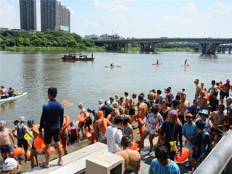 东莞市178名游泳健儿畅游东江