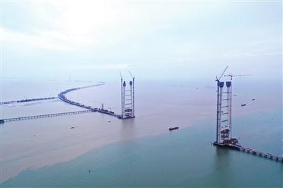 深中通道中山大桥西主塔封顶 建成后主塔相当于70层楼高
