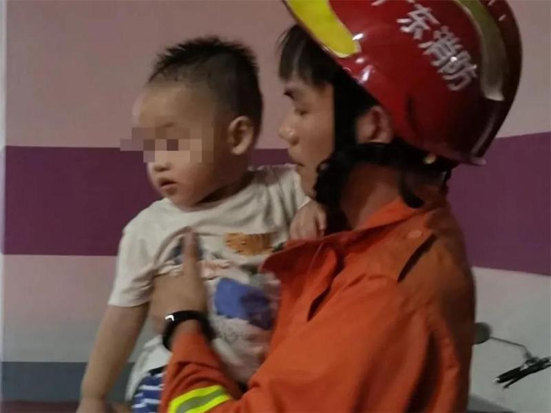 """1岁男童把自己""""反锁""""车里,中山消防紧急救援"""