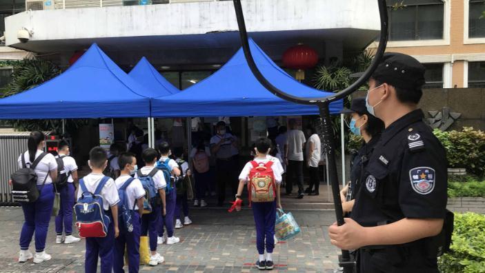 """《广州市学校安全管理条例(草案)》提交审议:上放学要""""见警察、见警车、见警灯"""""""