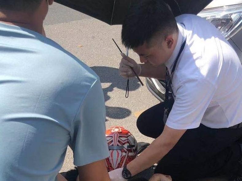 事发广州花都,南航乘务员专业救助车祸伤者,帅!