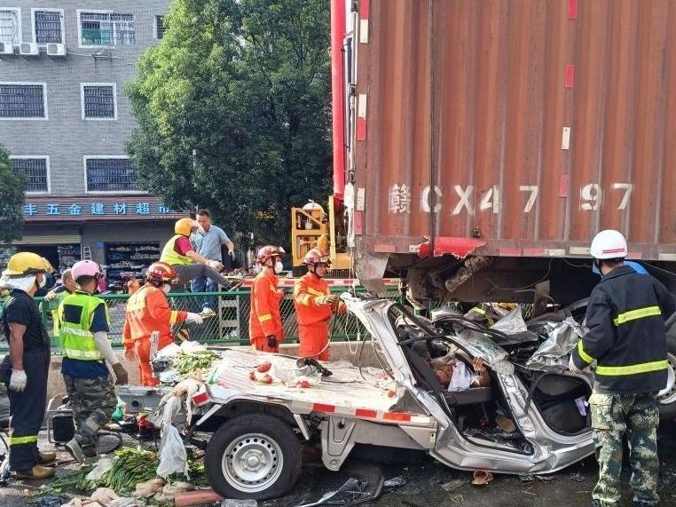 5车追尾!小货车严重变形致2人被困,消防破拆营救