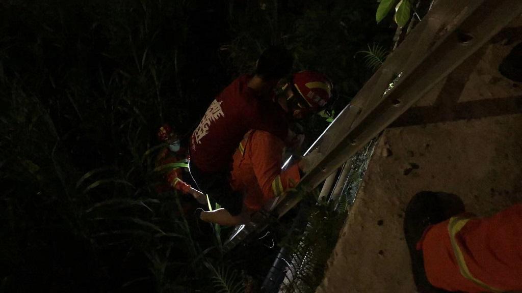 男子深夜被困桥下 坪山消防40分钟完成救援