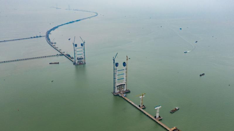 湾区明月耀高塔 深中通道中山大桥东主塔完成封顶