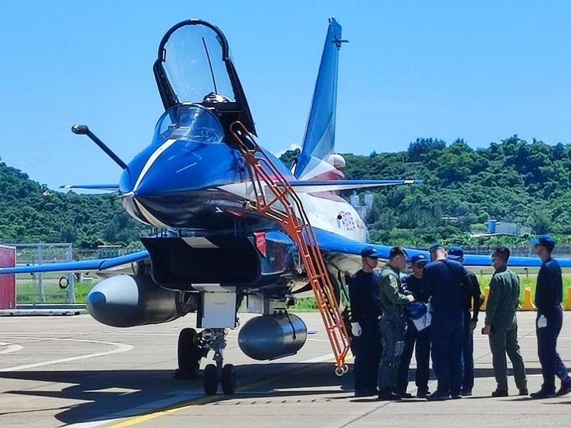 """""""八一""""飞行表演队来了!14名飞行员驾驶歼-10抵珠"""