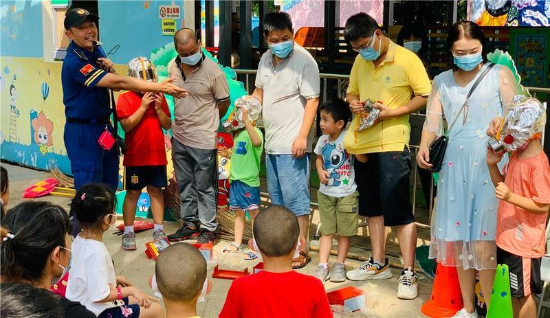 广州开展防火宣传活动:遇到大火,如果父子俩只有一个防烟面罩,该给谁戴?