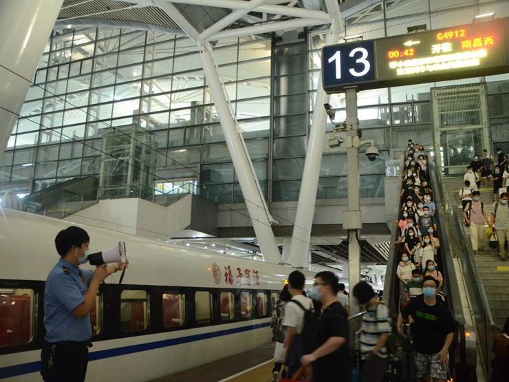 今日到达旅客42.6万人次,国庆长假广州南站刷新三项历史纪录