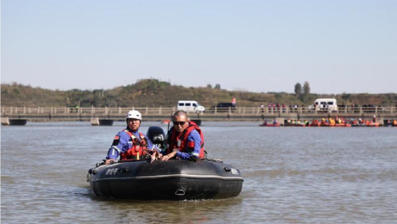 河北省平山县通勤班车涉水倾覆事故已致13人死亡 1人失联